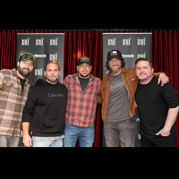 "JASON ALDEAN CELEBRATES 21ST CAREER #1 SINGLE FOR ""DROWNS THE WHISKEY"""
